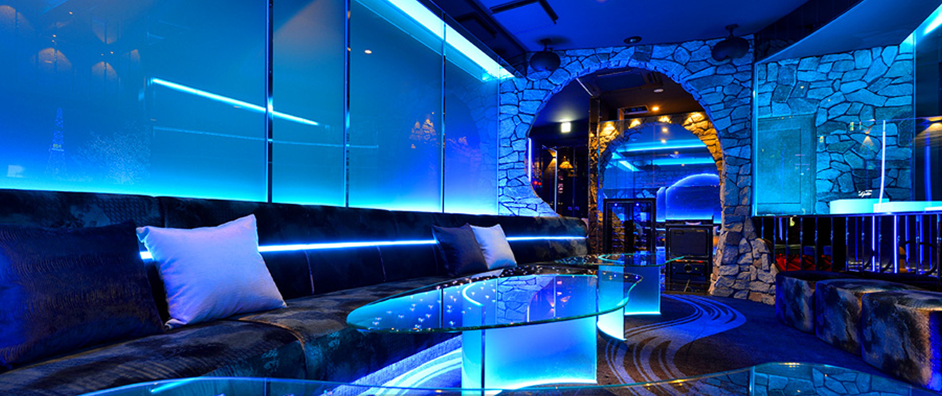 3F VIPループ(Blue Grotto)の外観の正面からみた様子が写っています。